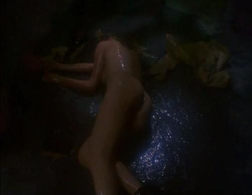 Mary Ellen O'Neill desnuda tras el fatal encuentro con el alienigena.